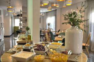 A restaurant or other place to eat at Elia Bettolo Hotel