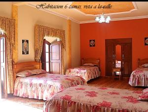 Кровать или кровати в номере Hostal Corona Blanca