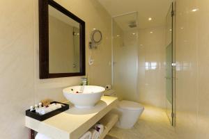 Ein Badezimmer in der Unterkunft River Suites Hoi An