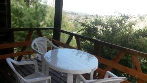 Un balcón o terraza en Cabañas del Peñon
