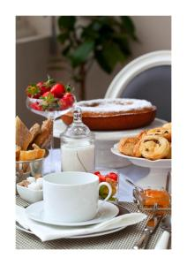 Breakfast options available to guests at L'Hôtel Particulier Bordeaux