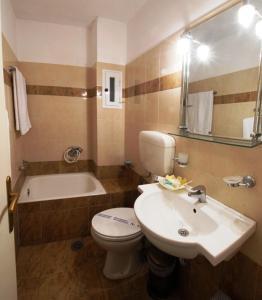 Ένα μπάνιο στο Hotel Marily