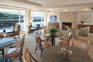 The lounge or bar area at Silver Cloud Inn - Tacoma Waterfront