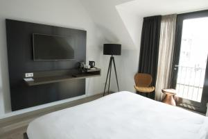 A television and/or entertainment centre at Hotel Katoen