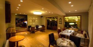 Un restaurant u otro lugar para comer en La Escondida Casa De Huespedes & Spa