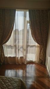 Кровать или кровати в номере Apartment na Krymskoy 77