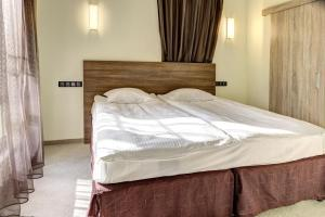 A bed or beds in a room at Hotel Duchess