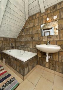 A bathroom at Hollóköves Vendégházak