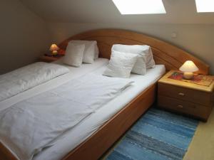 Ein Bett oder Betten in einem Zimmer der Unterkunft Rebenlandhof