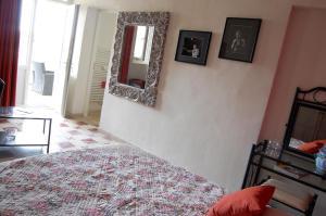 Een bed of bedden in een kamer bij Les Parfums du Midi
