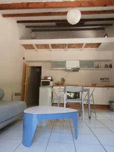 A kitchen or kitchenette at Cabanon Calanque Marseille