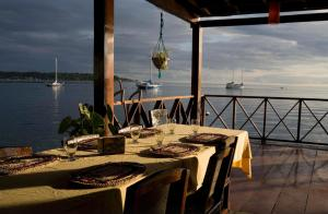A restaurant or other place to eat at Bocas Inn