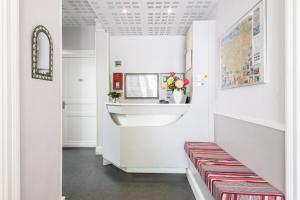 A kitchen or kitchenette at Hotel Anjou