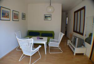 A seating area at Apartments Golubic
