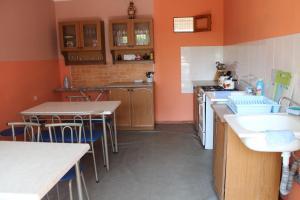 Кухня или мини-кухня в Гостевой Дом Ольга