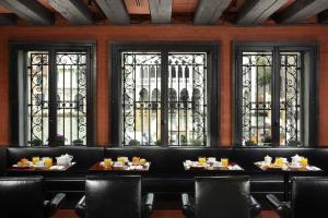 Um restaurante ou outro lugar para comer em Hotel L'Orologio