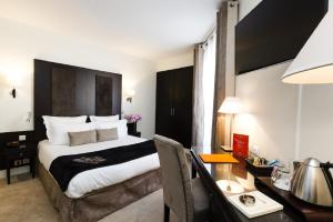 A bed or beds in a room at Hotel Elysées Bassano