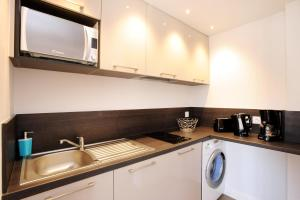 A kitchen or kitchenette at Le 15-Appartments Collioure