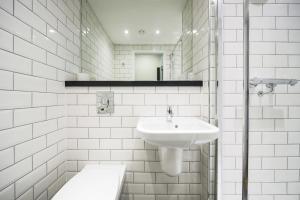 A bathroom at Tune Hotel Liverpool