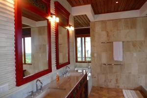A bathroom at Joya de Costa Rica