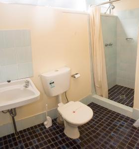 A bathroom at The Swiss Motel