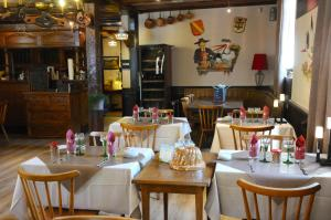 A restaurant or other place to eat at A la Maison Rouge Hôtel & Restaurant