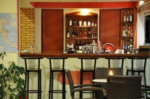 Salon ou bar de l'établissement Hotel Pyrros