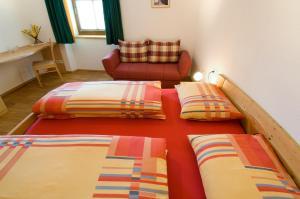 Ein Bett oder Betten in einem Zimmer der Unterkunft Sonnenheimhof