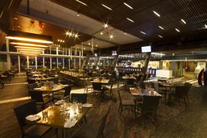 A restaurant or other place to eat at Calamvale Hotel Suites and Conference Centre