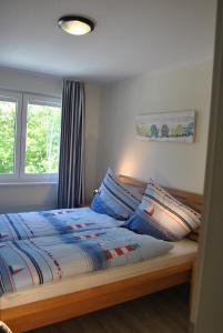Ein Bett oder Betten in einem Zimmer der Unterkunft Ferienwohnung Blaubärstrand