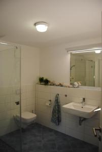 Ein Badezimmer in der Unterkunft Ferienwohnung Blaubärstrand