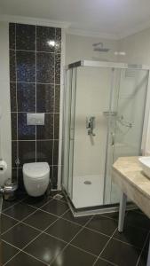حمام في فندق كيتينسي