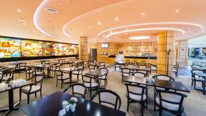 A restaurant or other place to eat at Aparthotel Mezhdunarodnaya