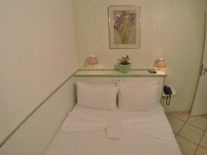 A bed or beds in a room at Hotel San Marco Ipanema
