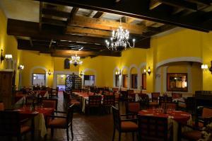 Un restaurante o sitio para comer en Villas Teotihuacan Hotel & Spa