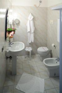 A bathroom at Hotel City