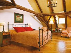 A bed or beds in a room at Hotel Goldener Engl