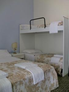 Letto o letti a castello in una camera di Residence Marche - Residenza Ecologica