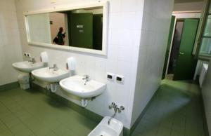A bathroom at Student's Hostel Della Ghiara
