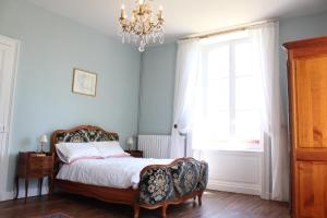 A bed or beds in a room at La Belle Maison