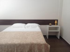 A bed or beds in a room at Auxerre Flats e Hotel