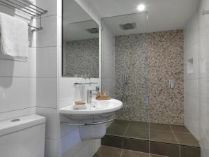 A bathroom at Hotel Grand Chancellor Melbourne