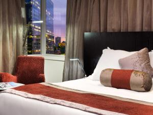 A bed or beds in a room at Hotel Grand Chancellor Melbourne