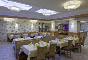Ein Restaurant oder anderes Speiselokal in der Unterkunft Wellnesshotel Aumühle