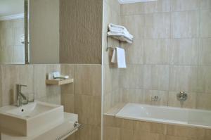 A bathroom at Cresta Marang Gardens Hotel