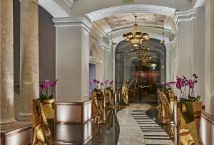 Un restaurante o sitio para comer en Aria Hotel Budapest by Library Hotel Collection