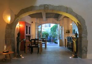 A restaurant or other place to eat at La Maison Sur La Sorgue - Esprit de France