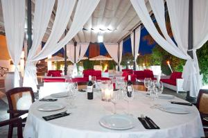 A restaurant or other place to eat at Tryp Melilla Puerto Hotel