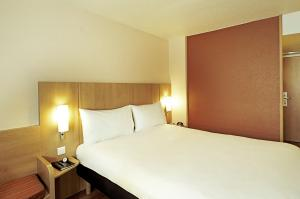 A bed or beds in a room at ibis Marseille Centre Gare Saint Charles