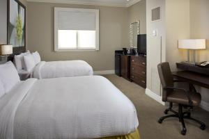 A bed or beds in a room at Courtyard by Marriott New Orleans French Quarter/Iberville